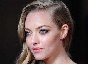Amanda seyfried with smoky eye makeup.